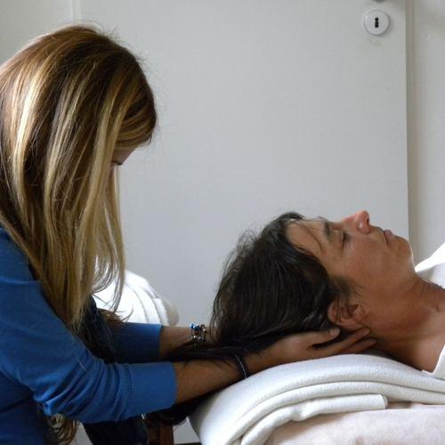 Craniosacrale Behandlung Am Hinterkopf Wird Durchgefuehrt