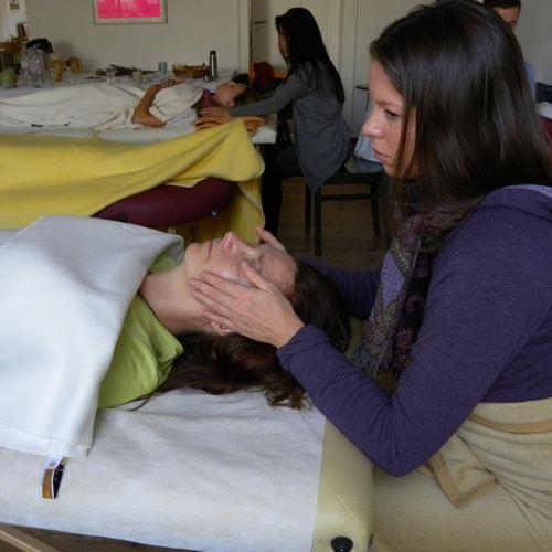 Frau Fuehrt Eine Craniosacrale Behandlung Am Kopf Durch