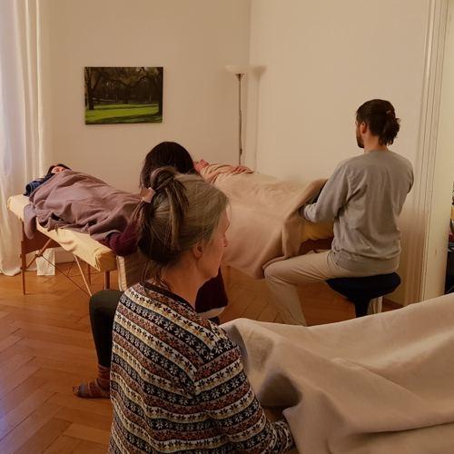 Heilpraktiker Fuehren Eine Craniosacrale Behandlung Durch